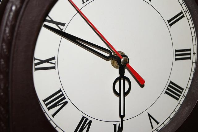 hodiny, římská čísla, červená ručička