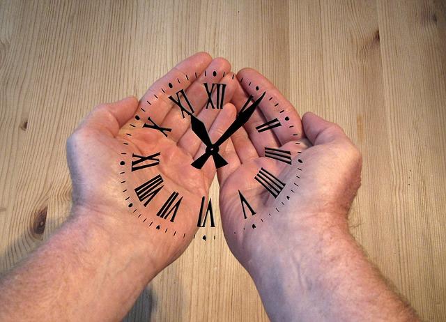 dlaně, ciferník hodin