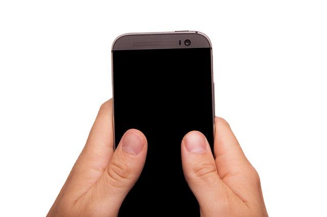 smartphone v rukách