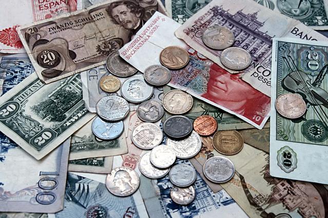 rozházené bankovky a mince.jpg